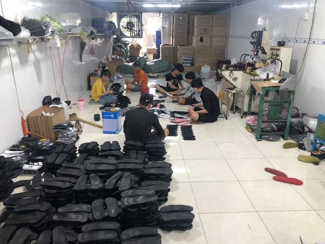 Bắt quả tang cơ sở sản xuất dép nghi nhái thương hiệu Adidas - Ảnh 1.