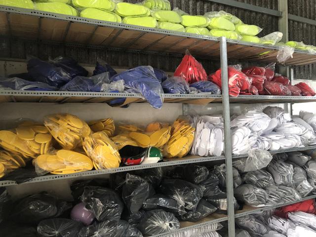 Bắt quả tang cơ sở sản xuất dép nghi nhái thương hiệu Adidas - Ảnh 2.