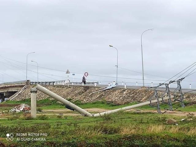 Hơn 400 cột điện đổ la liệt sau bão số 5: Tạm dừng sử dụng cột dự ứng lực - Ảnh 1.