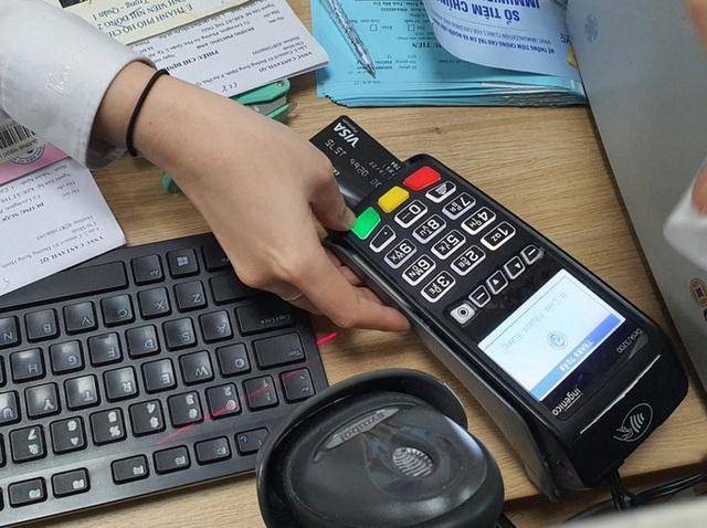 Coi chừng ôm cục tức khi xài thẻ tín dụng - Ảnh 1.
