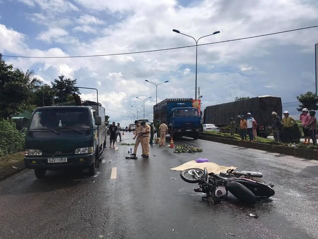 Mưa lớn, tông xe tải đậu bên đường, người đàn ông tử vong tại chỗ - Ảnh 1.