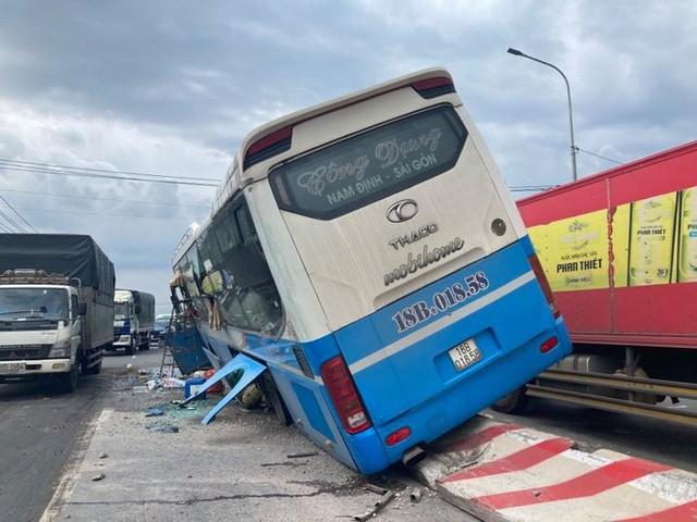 Hành khách hoảng loạn chứng kiến xe khách tông chết người rồi chạy trên dải phân cách  - Ảnh 3.