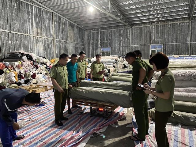 Phát hiện kho hàng chứa hơn 80 tấn vải cuộn không rõ nguồn gốc xuất xứ - Ảnh 2.