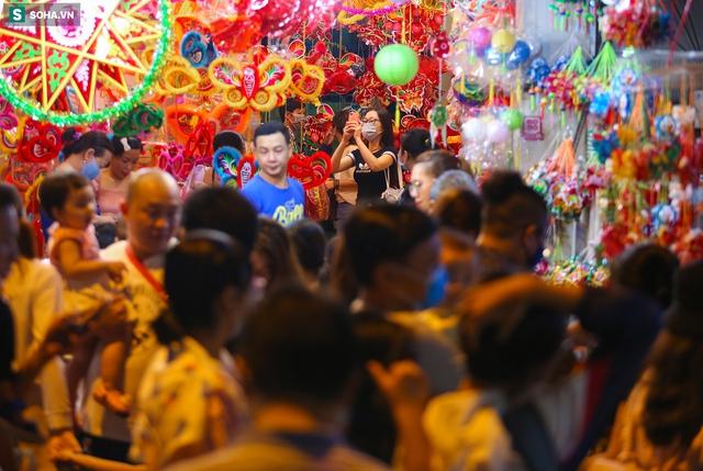 [Ảnh] Người dân chen chân check-in ở phố đèn lồng Sài Gòn trước Trung thu - Ảnh 1.