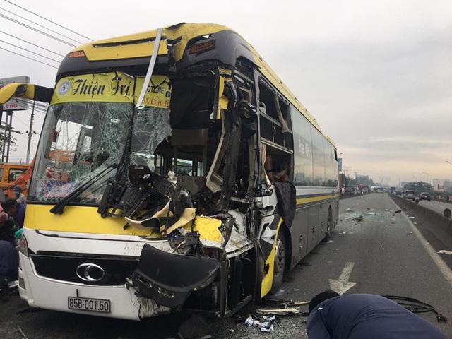 Bình Dương: Xe khách nát đầu khi tông vào đuôi xe tải, tài xế tử vong, nhiều hành khách kêu cứu - Ảnh 2.