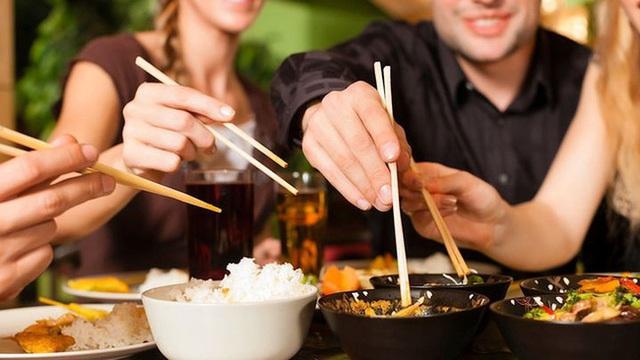 Thực hiện 4 thói quen nhỏ này khi ăn uống có thể giúp bạn phòng bệnh, ngừa ung thư rất tốt - Ảnh 2.