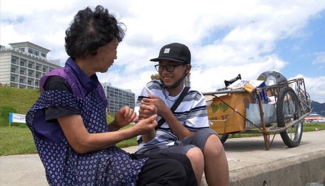 Bị bạn bè tẩy chay vì nhà nghèo, bé trai 14 tuổi vẫn bình thản làm một việc và lời tâm sự khiến ai cũng phải nức nở - Ảnh 1.