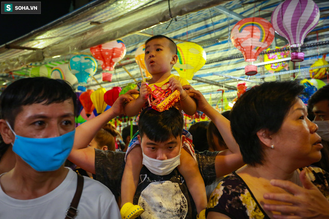 [Ảnh] Người dân chen chân check-in ở phố đèn lồng Sài Gòn trước Trung thu - Ảnh 13.