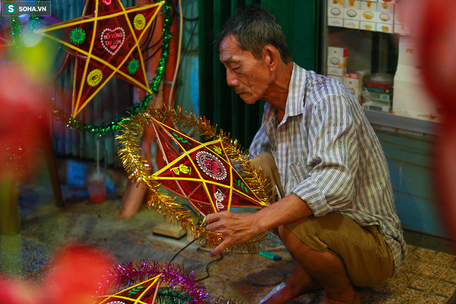 [Ảnh] Người dân chen chân check-in ở phố đèn lồng Sài Gòn trước Trung thu - Ảnh 15.