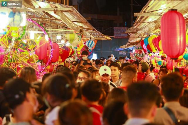 [Ảnh] Người dân chen chân check-in ở phố đèn lồng Sài Gòn trước Trung thu - Ảnh 3.