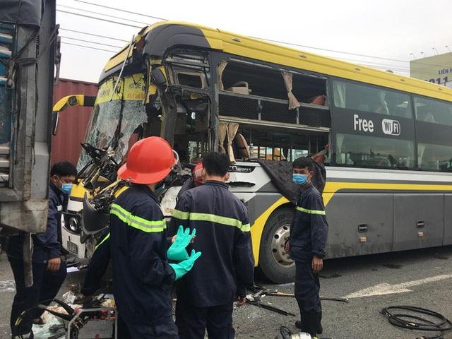 Bình Dương: Xe khách nát đầu khi tông vào đuôi xe tải, tài xế tử vong, nhiều hành khách kêu cứu - Ảnh 3.