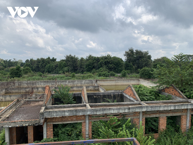 Ảnh: Khu xử lý nước thải hàng chục tỷ chỉ còn là đống hoang tàn, ô nhiễm tràn lan - Ảnh 3.