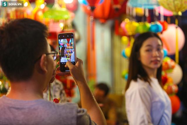 [Ảnh] Người dân chen chân check-in ở phố đèn lồng Sài Gòn trước Trung thu - Ảnh 8.