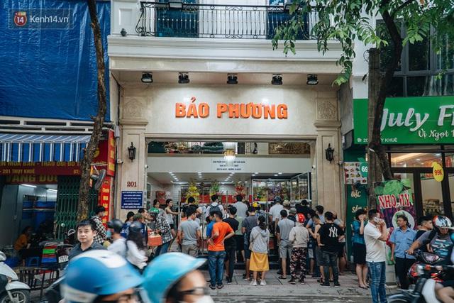 Đến hẹn lại lên: Người Hà Nội kiên nhẫn xếp hàng dài đợi mua bánh Trung thu Bảo Phương - Ảnh 1.