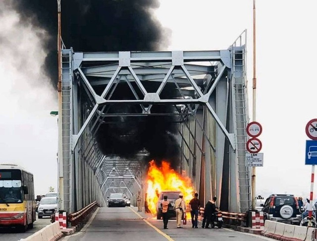 Hiện trường vụ xe sang Range Rover bốc cháy trơ khung sắt trên cầu Chương Dương - Ảnh 1.