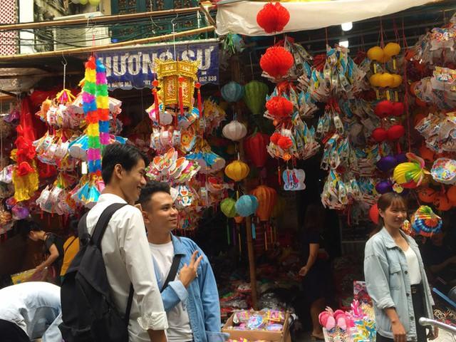 Nhiều chủ quán trên phố Hàng Mã bị xử lý vì treo biển thu tiền chụp ảnh - Ảnh 11.