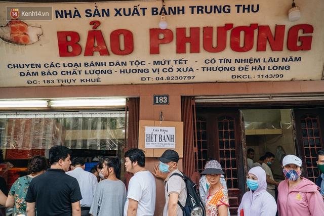 Đến hẹn lại lên: Người Hà Nội kiên nhẫn xếp hàng dài đợi mua bánh Trung thu Bảo Phương - Ảnh 12.