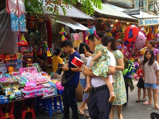 Nhiều chủ quán trên phố Hàng Mã bị xử lý vì treo biển thu tiền chụp ảnh - Ảnh 12.