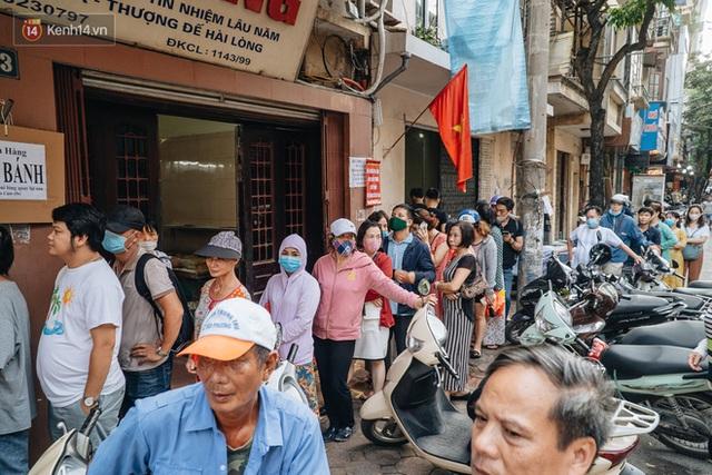 Đến hẹn lại lên: Người Hà Nội kiên nhẫn xếp hàng dài đợi mua bánh Trung thu Bảo Phương - Ảnh 15.