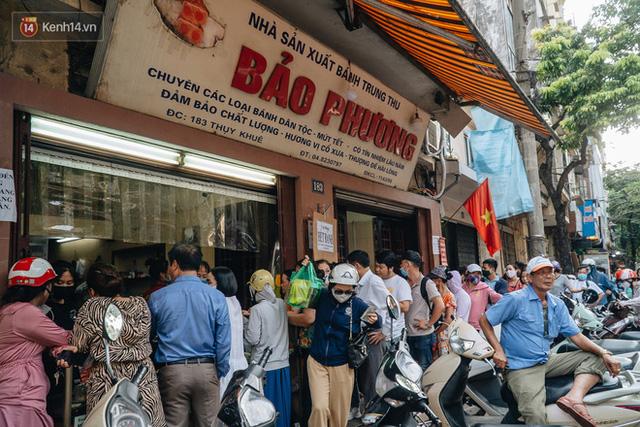 Đến hẹn lại lên: Người Hà Nội kiên nhẫn xếp hàng dài đợi mua bánh Trung thu Bảo Phương - Ảnh 16.