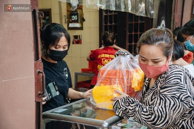 Đến hẹn lại lên: Người Hà Nội kiên nhẫn xếp hàng dài đợi mua bánh Trung thu Bảo Phương - Ảnh 18.
