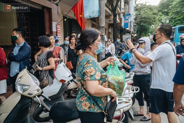 Đến hẹn lại lên: Người Hà Nội kiên nhẫn xếp hàng dài đợi mua bánh Trung thu Bảo Phương - Ảnh 19.