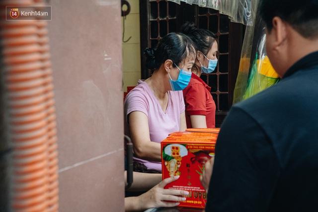 Đến hẹn lại lên: Người Hà Nội kiên nhẫn xếp hàng dài đợi mua bánh Trung thu Bảo Phương - Ảnh 20.