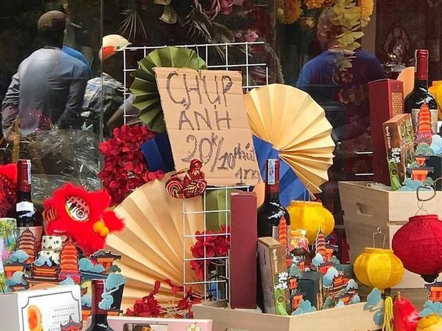Nhiều chủ quán trên phố Hàng Mã bị xử lý vì treo biển thu tiền chụp ảnh - Ảnh 3.