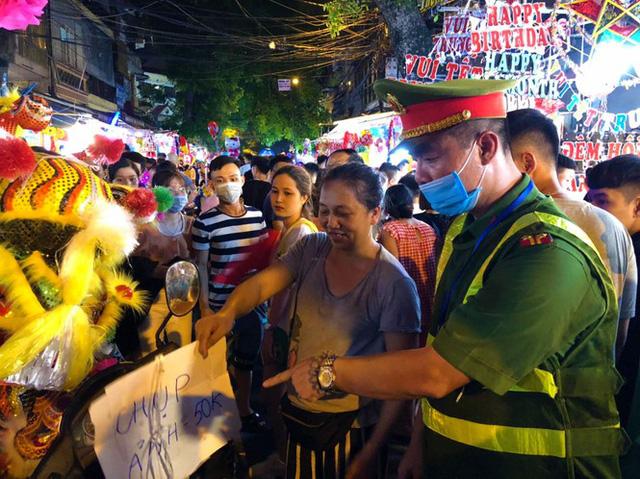 Nhiều chủ quán trên phố Hàng Mã bị xử lý vì treo biển thu tiền chụp ảnh - Ảnh 5.