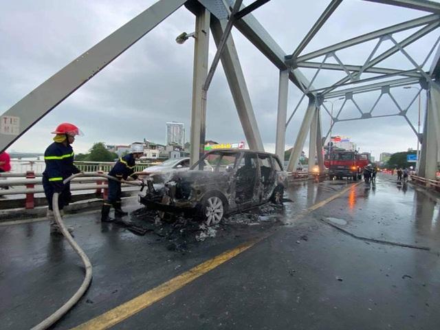 Hiện trường vụ xe sang Range Rover bốc cháy trơ khung sắt trên cầu Chương Dương - Ảnh 6.