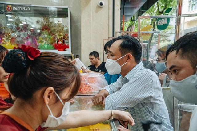 Đến hẹn lại lên: Người Hà Nội kiên nhẫn xếp hàng dài đợi mua bánh Trung thu Bảo Phương - Ảnh 7.