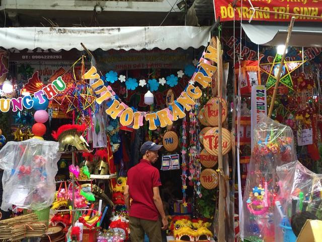 Nhiều chủ quán trên phố Hàng Mã bị xử lý vì treo biển thu tiền chụp ảnh - Ảnh 7.