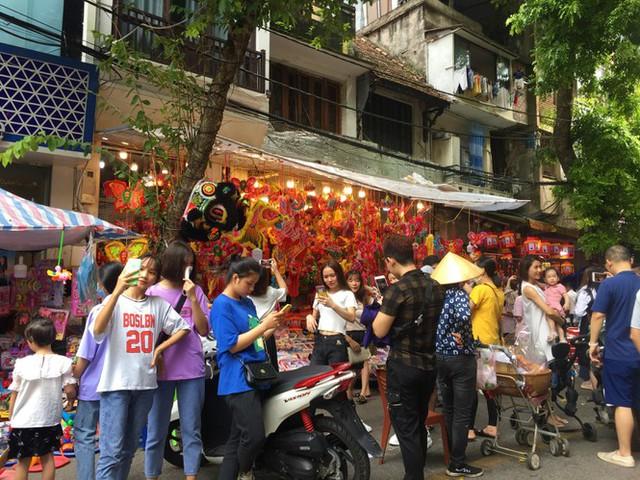 Nhiều chủ quán trên phố Hàng Mã bị xử lý vì treo biển thu tiền chụp ảnh - Ảnh 8.