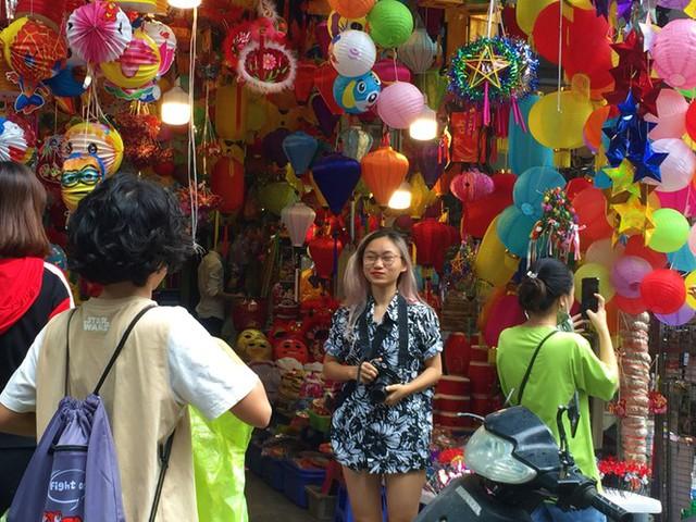 Nhiều chủ quán trên phố Hàng Mã bị xử lý vì treo biển thu tiền chụp ảnh - Ảnh 10.