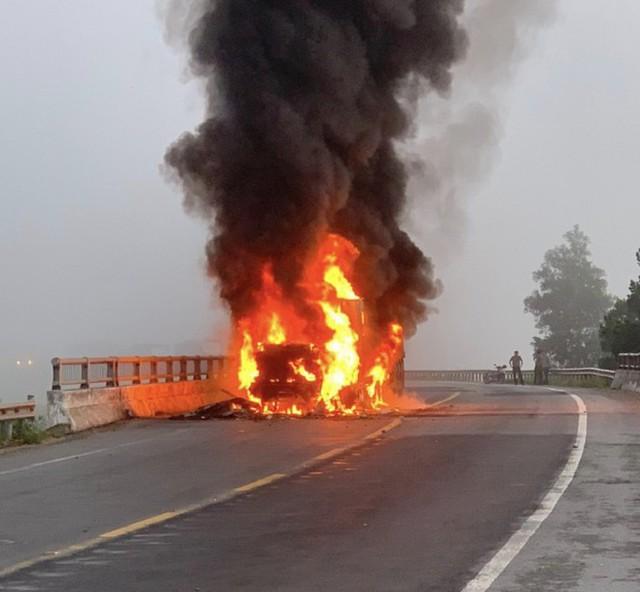 Xe container bốc cháy dữ dội, tài xế bung cửa thoát thân - Ảnh 1.