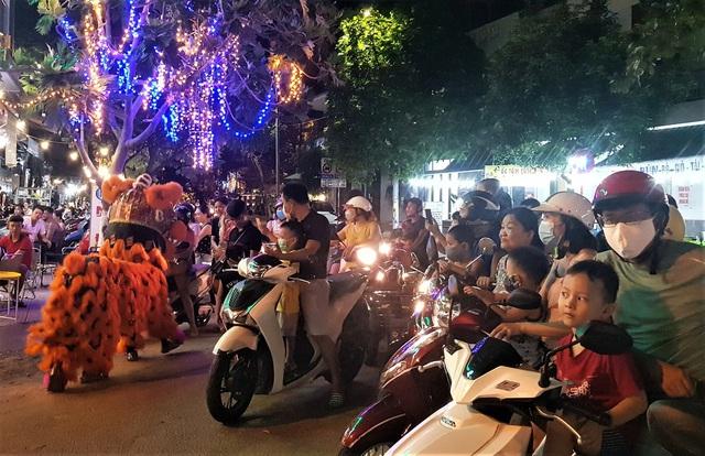 Người dân Đà Nẵng nô nức xuống đường xem múa Lân trước Tết Trung thu, giao thông ùn tắc - Ảnh 11.