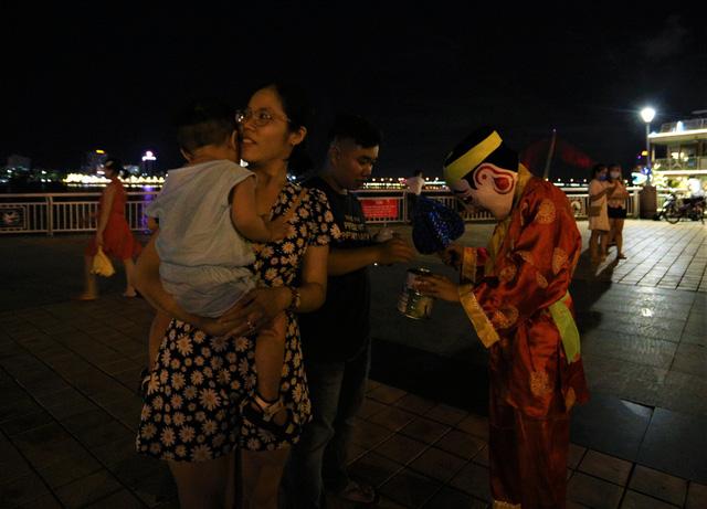 Người dân Đà Nẵng nô nức xuống đường xem múa Lân trước Tết Trung thu, giao thông ùn tắc - Ảnh 13.