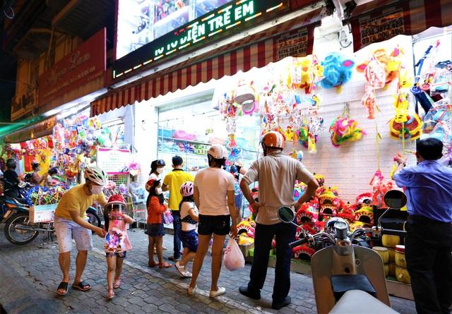 Người dân Đà Nẵng nô nức xuống đường xem múa Lân trước Tết Trung thu, giao thông ùn tắc - Ảnh 14.