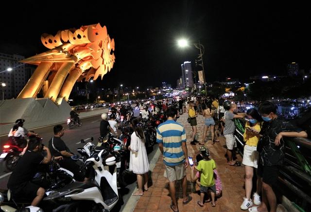 Người dân Đà Nẵng nô nức xuống đường xem múa Lân trước Tết Trung thu, giao thông ùn tắc - Ảnh 16.