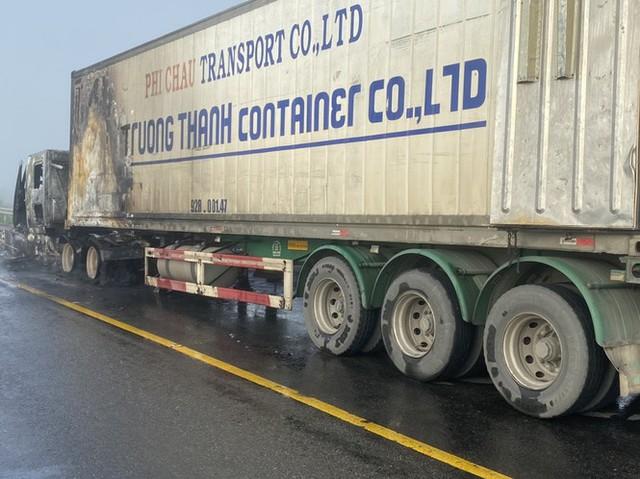 Xe container bốc cháy dữ dội, tài xế bung cửa thoát thân - Ảnh 3.