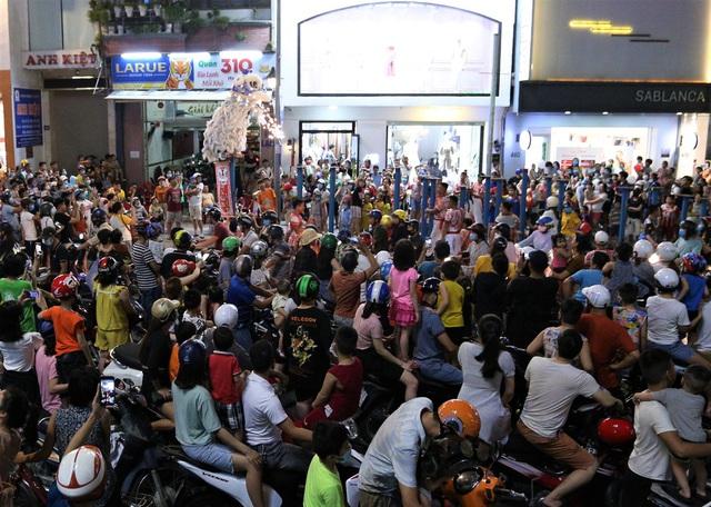 Người dân Đà Nẵng nô nức xuống đường xem múa Lân trước Tết Trung thu, giao thông ùn tắc - Ảnh 5.
