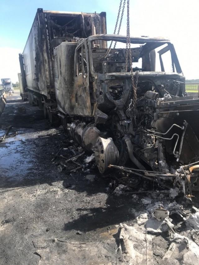 Xe container bốc cháy dữ dội, tài xế bung cửa thoát thân - Ảnh 5.