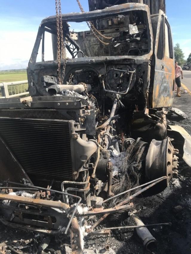 Xe container bốc cháy dữ dội, tài xế bung cửa thoát thân - Ảnh 6.