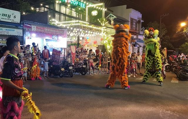 Người dân Đà Nẵng nô nức xuống đường xem múa Lân trước Tết Trung thu, giao thông ùn tắc - Ảnh 9.