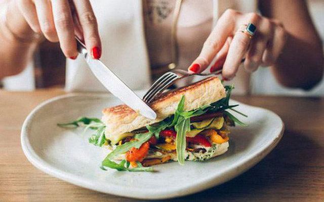 Những thói quen trong ăn uống hầu hết mọi người đều có nhưng lại thực sự khiến bạn dễ bị ảnh hưởng sức khỏe - Ảnh 2.