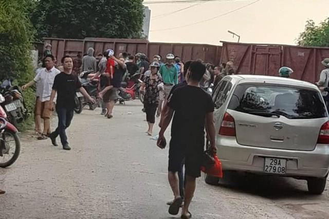 Hà Nội: Tàu hỏa đâm trúng xe khách 45 chỗ chở học sinh - Ảnh 1.