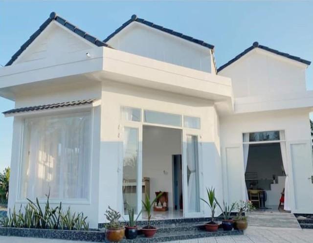Ngôi nhà màu trắng tuyệt đẹp cô gái 25 tuổi xây tặng cha mẹ - Ảnh 1.
