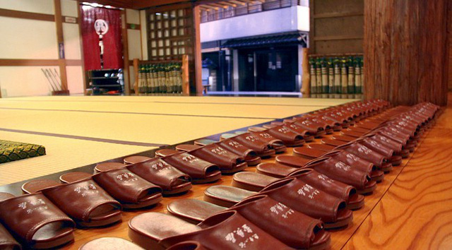 Vội mấy người Nhật cũng không bao giờ quên cởi giày trước khi bước vào nhà, hóa ra đó là lý do vì sao tuổi thọ của họ luôn vô địch thế giới - Ảnh 1.