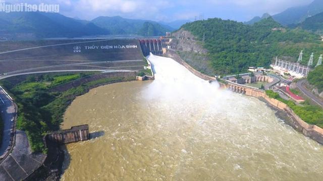 CLIP: Thủy điện Hòa Bình mở cửa xả lũ, nước tung bọt trắng xóa  - Ảnh 2.