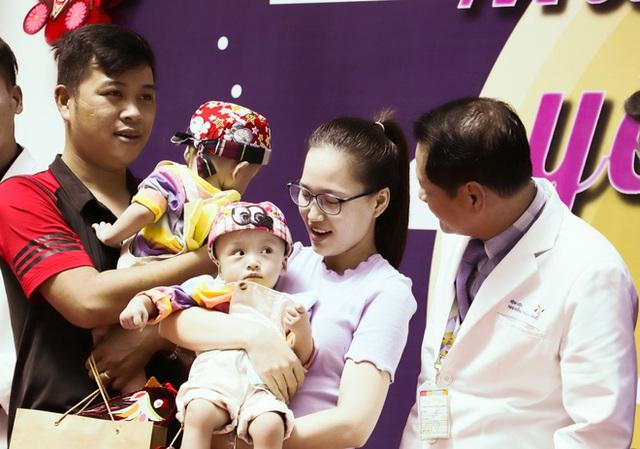 Bố mẹ Trúc Nhi - Diệu Nhi xúc động đón Trung thu đầu tiên với 2 con, tuần sau 2 bé xuất viện về nhà - Ảnh 17.